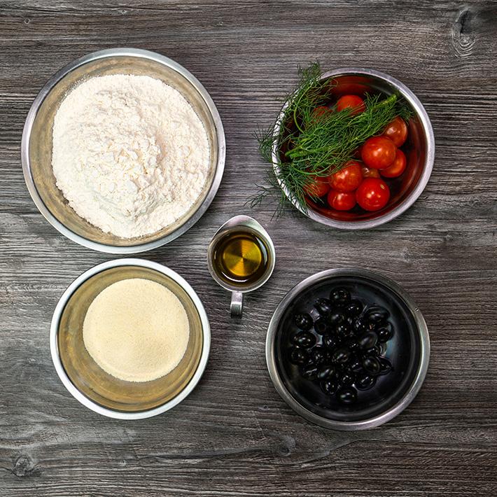 Фокачча с томатами и оливками